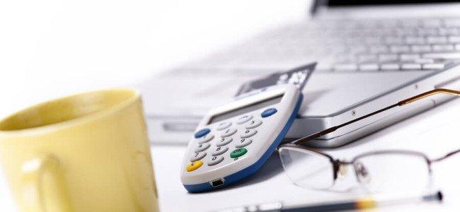Mann bereitet Kreditanfrage im Internet vor