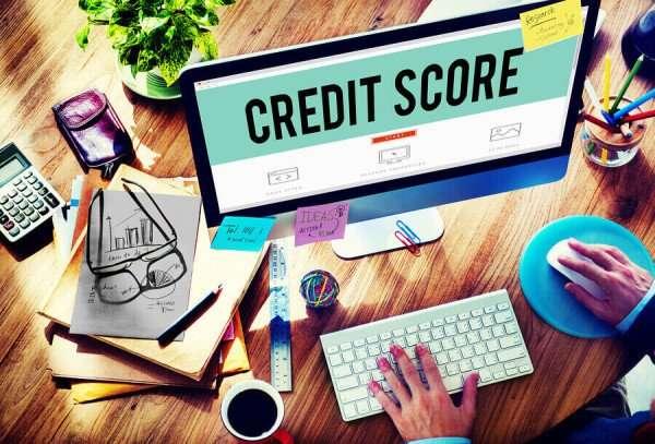Ein großer Bildschirm mit der Aufschrift Kredit Score. Kunde bereitet online Kreditanfrage bei Bon Kredit vor.