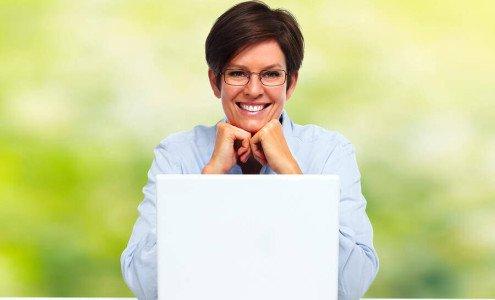 Eine Antragstellerin kontaktiert ihren Kreditvermittler online