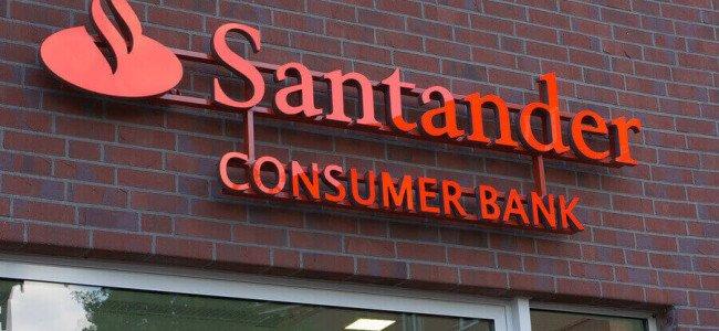 Santander Consumer Bank Logo über einem Filialeingang