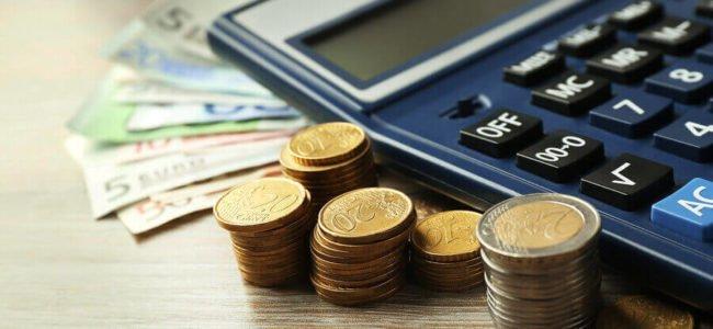 Taschenrechner, Münzen und Geldscheine, Kreditablösung kalkulieren