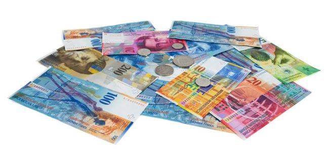 Haufen Schweizer Franken auf weißem Grund: Auslandskredit