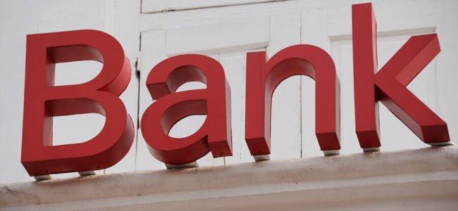 Rotes Bankschild vor hellem Hintergrund, Consorsbank