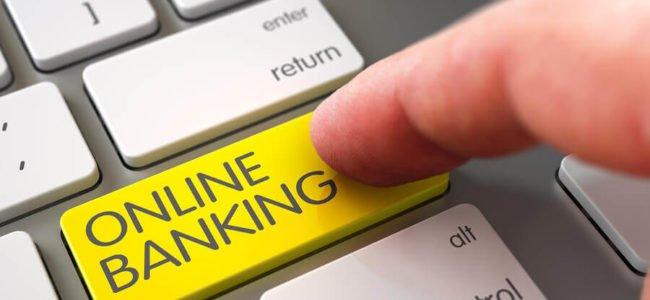 Kreditkunde presst einen gelben Online Banking Button auf einem Keyboard: netbank erste Direktbank Europas