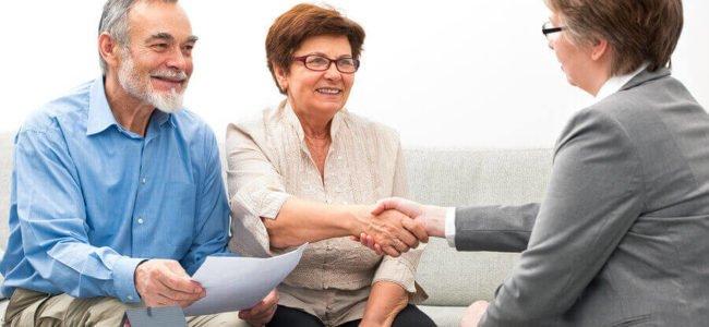 Mitarbeiter der Evenord-Bank berät ein Ehepaar über Kreditkonditionen