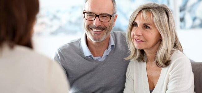 Älteres Ehepaar bei der ABK Kreditberatung
