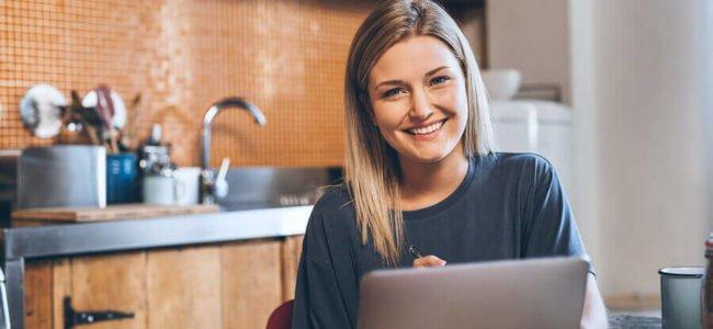 Eine junge Frau beantragt ihren digitalen SolarisBank Sofortkredit am Laptop