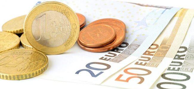 Geldscheine und Münzen im Wert von 180 Euro Minidarlehen ausgezahlt