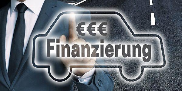 Auto mit der Aufschrift Finanzierung auf einem Touchscreen