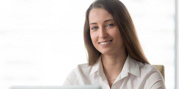 Eine junge Frau beantragt online einen Direktkredit: welche Einkommensnachweise sind erforderlich?