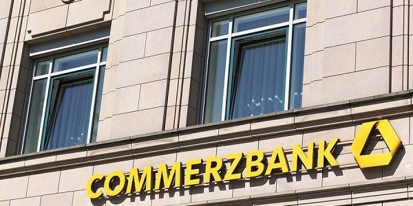 Commerzbank Filiale mit Firmenlogo: Kredite online und in der Filiale