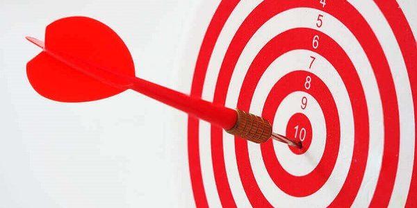 Zielscheibe mit rotem Wurfpfeil in der zehn: die passgenaue Finanzierungsart wählen