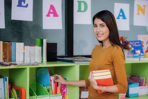 Eine junge Lehrerin bei der Unterrichtsvorbereitung